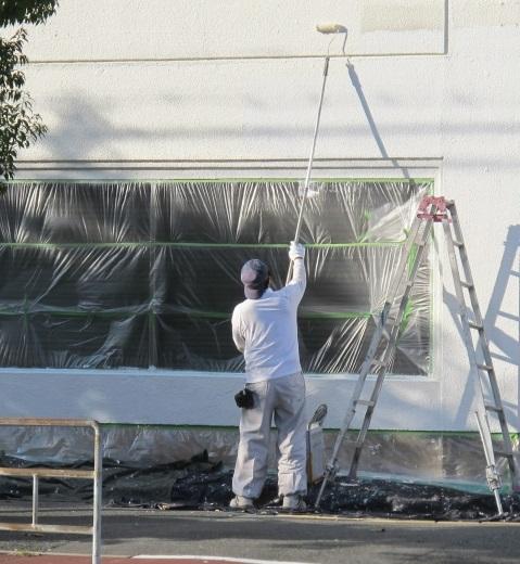 ローラーによる外壁の塗装